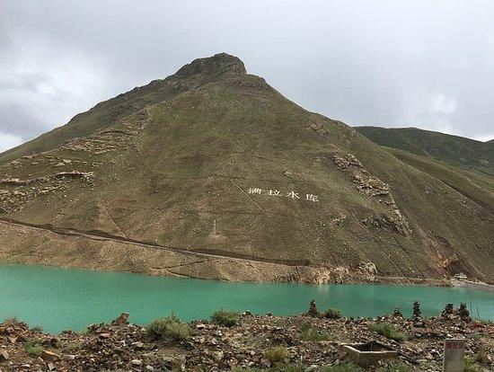Gyangze County, China: 山肌に满拉水库と記されていました
