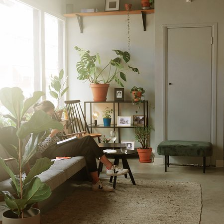 4850: cosy corner to date, work, chill, drink coffee or wine. And we love our plants!