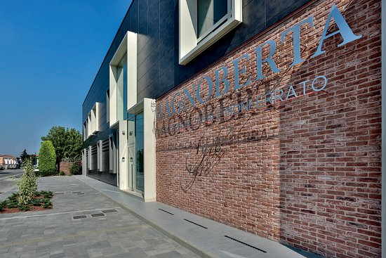 La facciata della Distilleria Magnoberta, in Strada Asti 6 a Casale Monferrato