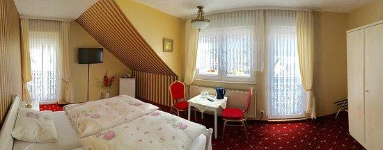 Pension Ramona: Schlafen mit Comfort - 28 cm hohe Matratzen. Gästezimmer verfügt über 2 Balkone.