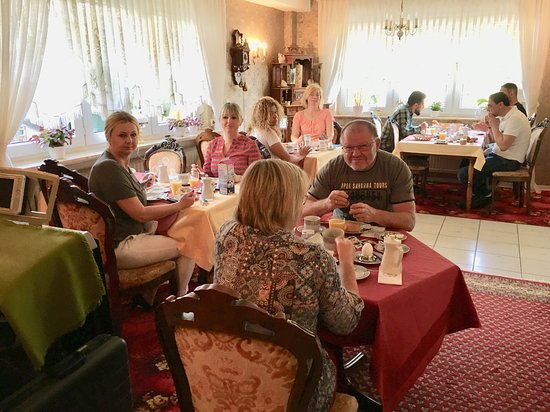 Pension Ramona: Gemütlicher Frühstücksraum mit reichhaltigem Frühstücksbuffet. So kann der Tag beginnen :-)