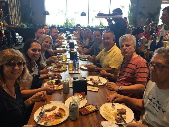 Amigos viajando juntos, comem juntos... Aliás, muito bem servidos.