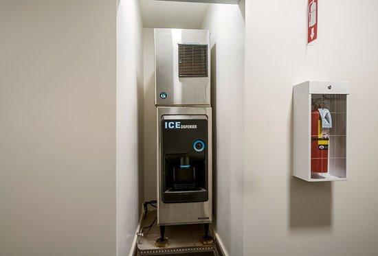 Motel 6 - Moncton: Ice Machine