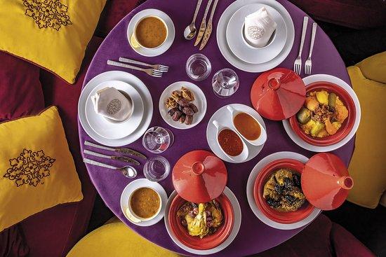 Table marocaine traditionnelle dressée avec tajine au poulet & veau , couscous, soupe de harira
