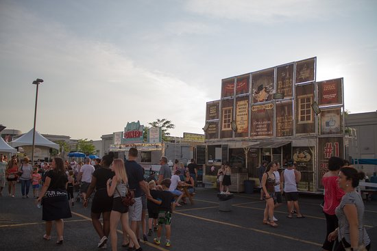 Le Smoking BBQ food-truck lors du Poutine fest sur le quai Jacques Cartier à Montréal.