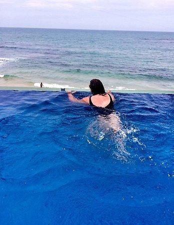 Pousada Bahia Bacana: Piscina linda com borda infinita
