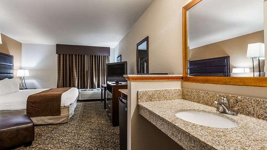 Saint Helens, OR: One King Guest Room