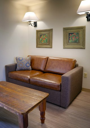 Llano, TX: All Suite Rooms has Sofa and Separate Living Rooms