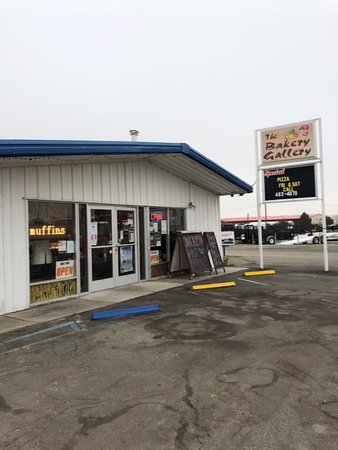 Yerington, Невада: Front of store.   Looks humble - but declicious treats inside!