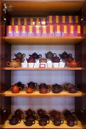 Tea Master Chang Nai Miao Memorial Hall : 多種款式及價格的紫砂茶壺。 Purple-clay teapots in a wide range of styles and prices.