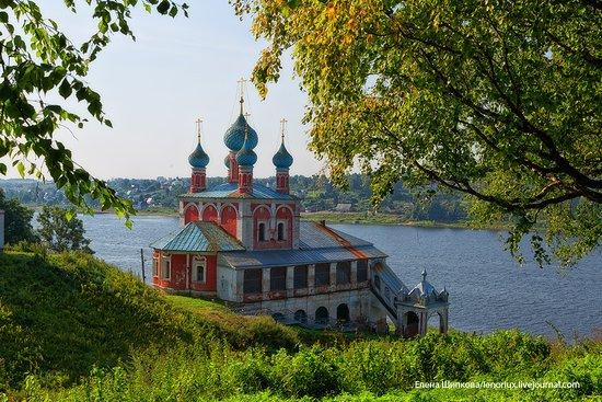Tutayev, Russie : Преобаженско-Казанская церковь, стоящая на самом берегу Волги. Храм был сооружен в 1758 году рядом с пристанью для торговых судов и воспринимался как парадные ворота на главном городском въезде со стороны реки