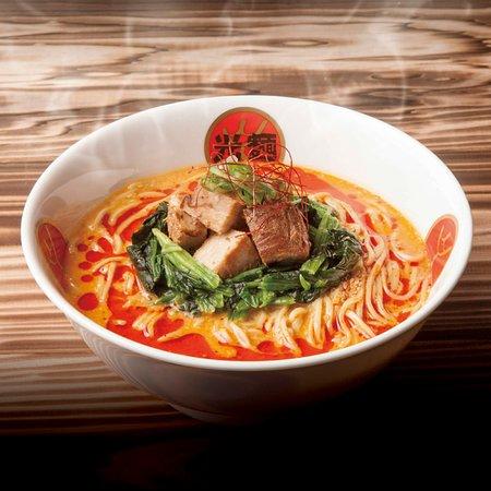 Komen Ebisu : 赤いピリ辛 担々麺 自慢のスープに自家製ラー油をブレンド 特製ラー油をブレンドし、ゴマの風味と光麺スープを バランス良く合わせ、本格チャイニーズレストランに勝るとも、 劣らない光麺オリジナル担々麺に仕上げました。