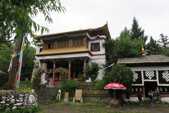 湖の中の島にあるお寺