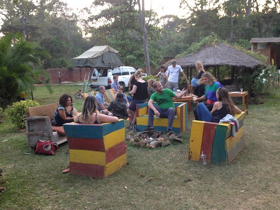 Pakachere Backpackers: Chatting & relaxing in the garden