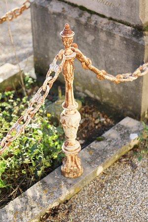 Fragnes : Le cimetière  La décoration sur les monuments est très jolie