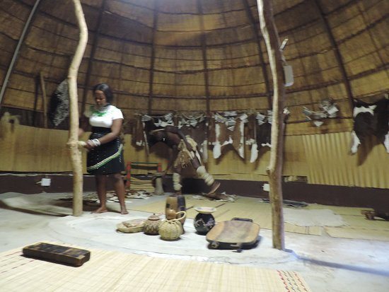 Veyane Cultural Village : Dressing area before the dancing ceremonies
