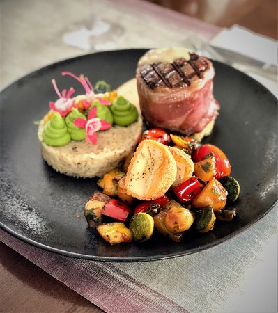 New York - American Restaurant & Rock Cafe SIBIU: Aged Angus beef tenderloin, wrapped in smoked Spanish ham, served with black and white truffles rice and fried mini brie