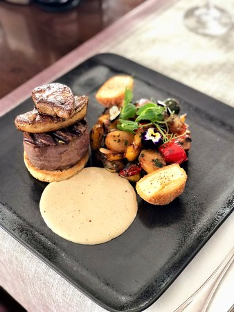 New York - American Restaurant & Rock Cafe SIBIU: Tournedo rossini a la chef (aged Angus beef tenderloin with foie gras) served with new potatoes and vegetables