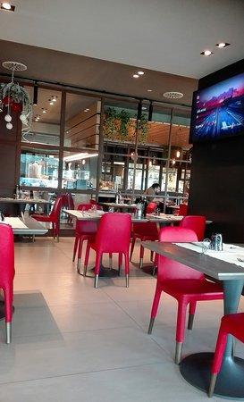 Interno del ristorante con cucina a vista
