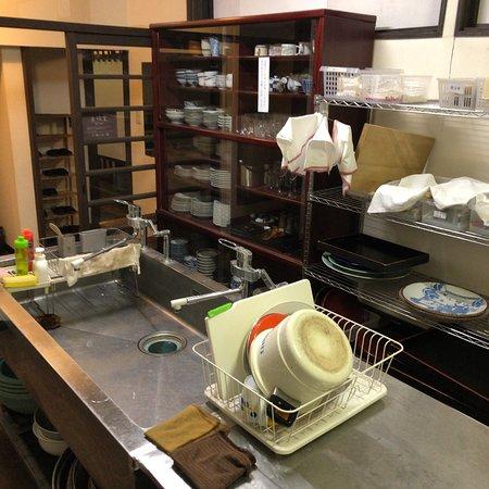 Yanagiya: 食器類と洗い場