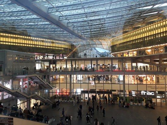 Ideal para una parada técnica de comer, baño, compras rápidas y luego seguir el camino ya que tiene  trasporte  metro y RER