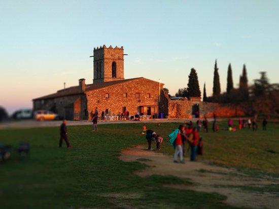 Restaurant Santuari del Corredor: Llanura delante del Santuario para jugar, correr.