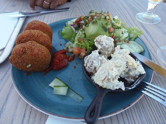 Life Grand Cafe V&A Waterfront: Bolinhos de Salmão, acompanhados de salada verde e batatas cozidas