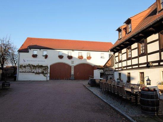 Coswig, Alemania: Im Hof vom Weingut Schuh, rechts das Haus mit Restaurant (EG) und Zimmern (OG)