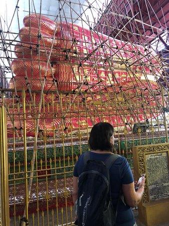 Nga Htat Gyi Pagoda: כפות רגליו של בודהא