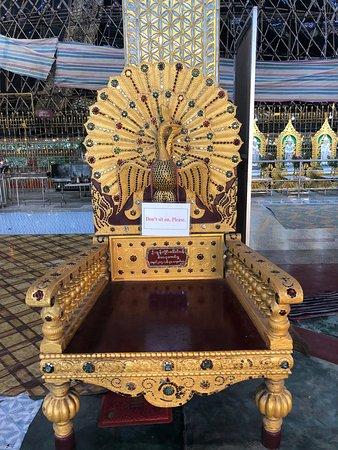 Nga Htat Gyi Pagoda: כיסא חשוב