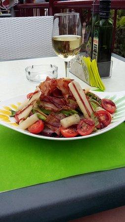 Салат с хамоном и пармезаном