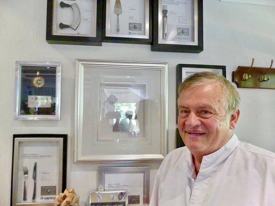 Le patron Daniel LEUSCH et son épouse en cuisine font un maximum pour faire connaître la cuisine française et belge en Afrique du Sud. Bravo et félicitations devant les reconnaissances de ces pairs.