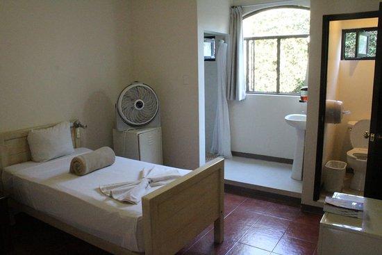 Habitación privada con 2 camas individuales. Baño privado,internet y agua caliente las 24 hrs.