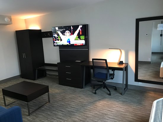 Holiday Inn Express Allentown North: Living Room in Suites