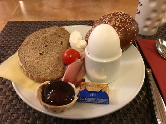 Hotel Schwarzer Bock: Breakfast buffet seemed endless with many healthy choices.