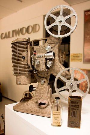 Proyector de cine de 8 mm, a la entrada del Museo CALIWOOD. La colección de proyectores de cine de uso doméstico abarca más de 160 modelos.