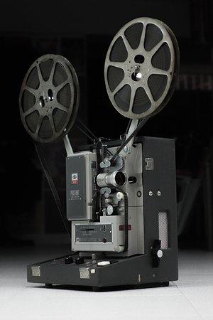 Proyector de cine de 16 mm Kodakscope donado al Museo CALIWOOD por Celmira Hernández Falla, en nombre de su fallecido esposo, el gran fotógrafo norteamericano Richard Bocklet