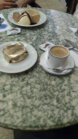 Cafe Tortoni: Café expresso acompanhado de alfajor.
