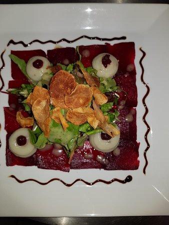 Rote-Bete-Carpaccio  mit zweierlei vom Topinambur-Creme und Chips