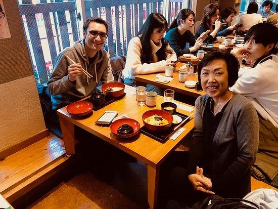 Tokio, Japón: Traveler Javier and his guide, Makiko, enjoying a lunch of Oyako don.