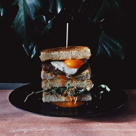 Battersea Market Cafe: The Tower Sandwich with Bacon, Sausage and Organic Cacklebean Egg at Battersea Market Café 巴特西