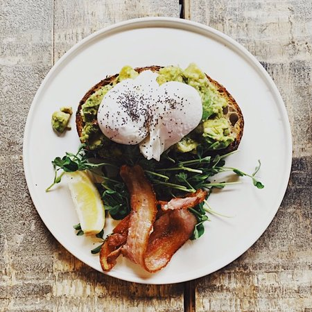 Battersea Market Cafe: Avocado on Toast with Poached Eggs and Crispy Bacon, Breakfast at Battersea Market Café 巴特西