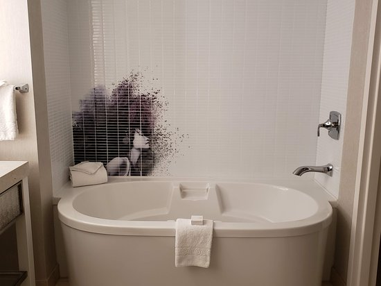 Planet Hollywood Resort & Casino: Perfect tub to soak to get all the kinks out of your back after sleeping on the bed.