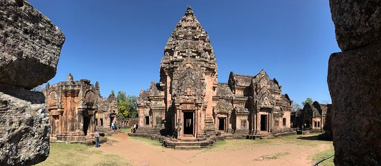 Phanom Rung Historical Park (Prasat Hin Phanom Rung): Phanom Rung: temple inside the courtyard.