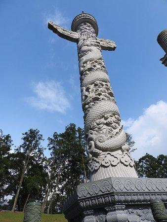 龍が刻まれた石のポール