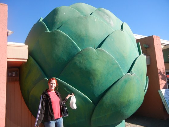 Castroville, แคลิฟอร์เนีย: My wife with here bag of Artichokes