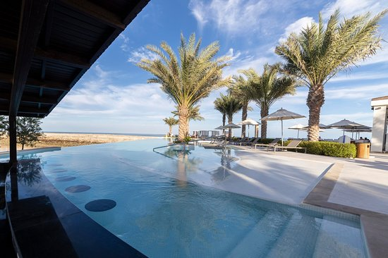 The Bank Beach Club: Breath taking views of the Infinity Pool