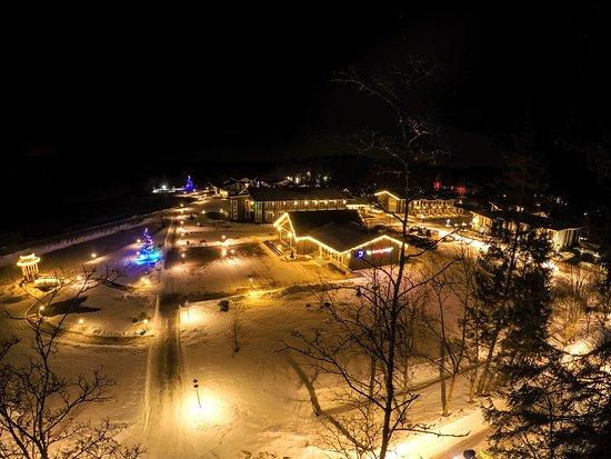 Территория парк-отеля зимним вечером