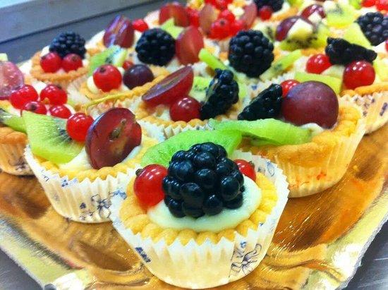 Mondo Goloso Pastry Shop: Pasticcini di frutta pronti per essere assaggiati!