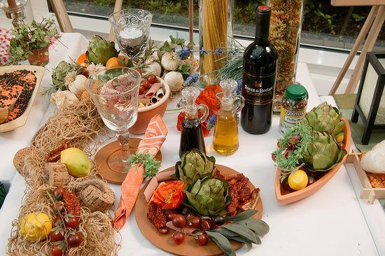 Jeden Freitag in der Zeit von 18.30 - 21.00 Uhr verwöhnen wir Sie mit unserem Mittelmeer-Büfett inklusive Landwein vom Fass bis 21.00 Uhr.